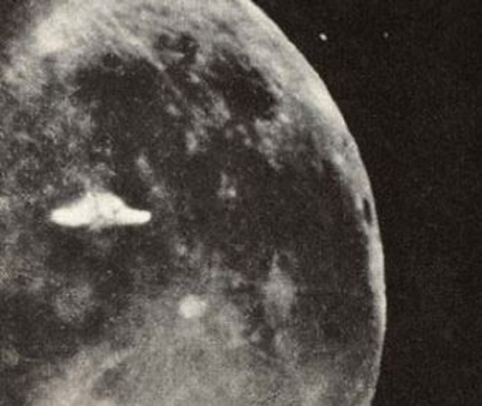 A picture claiming to show a UFO near the Moon