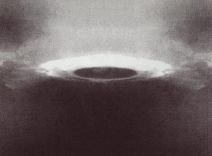 UFO captured on camera by Tsai Chang-hung in Yuanshan Park